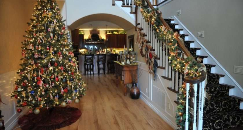 Roberts Home Features Beautifully Decorated Christmas