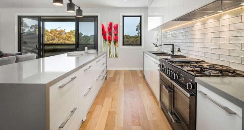 Sleek Modern Kitchen Stone Island Bench Feature