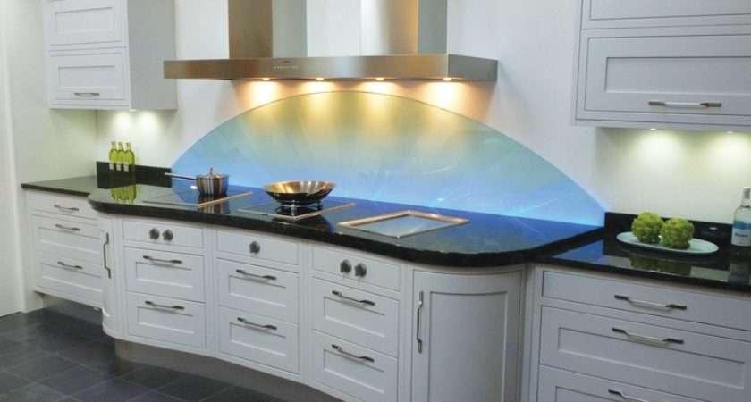 Traditional Kitchen White Lighting Splashback